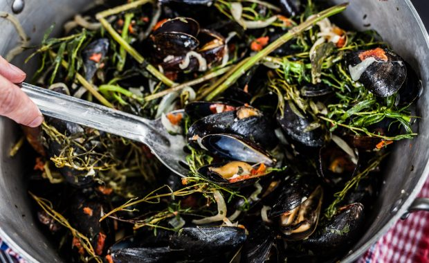 Steamed Mussels with Tarragon and Tomato
